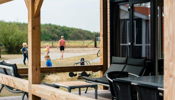 Veranda met buitenmeubilair solarchalet - Camping De Kiekduun op Ameland